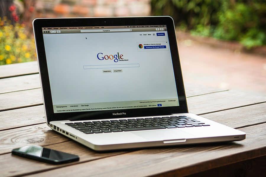 Laptop met google pagina en telefoon