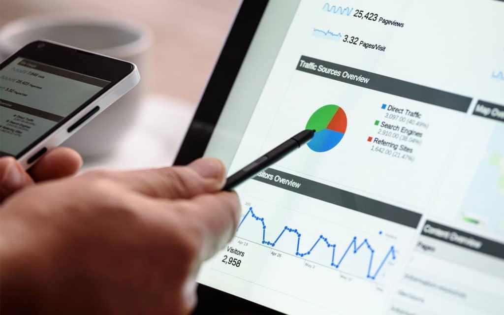 laptop en telefoon met statistieken/SEA campagne opzetten