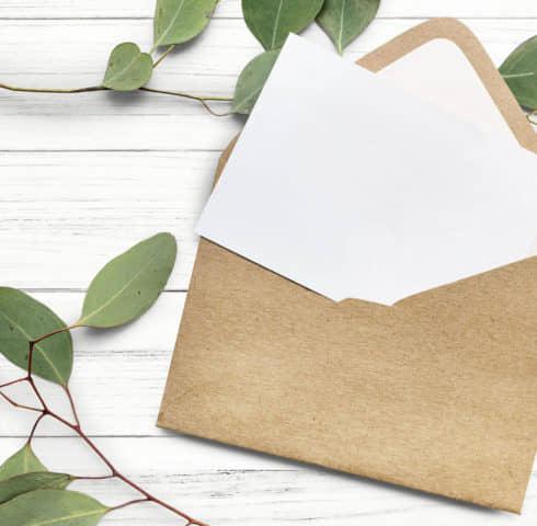 Envelop met brief en takken met blaadjes