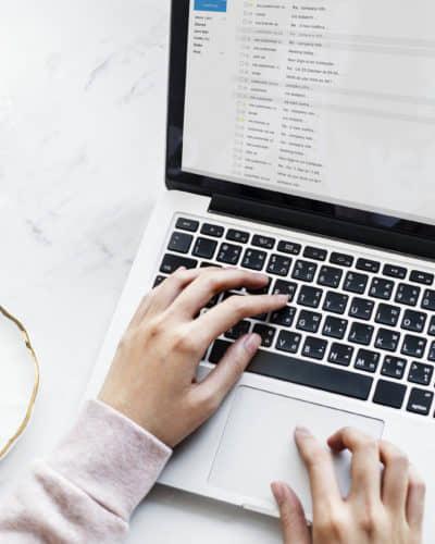 macbook met handen en koffie